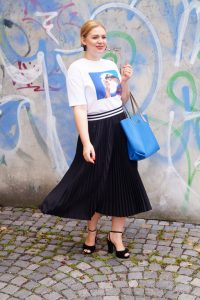 disney, aladdin, graphic tee, casual style, summer style, summer 19, disney movie, pleated skirt, girly look, fashion post, blue graphiti mural, plateau sandals, affordable style