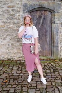 sneakers, white sneakers, skirt and sneakers, pink, casual look, t-shirt trend, graphic tee, headband trend