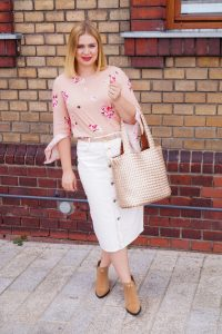 white after labor day, white denim, denim skirt, pink top, fall booties, suede booties, western style, fall style, fashion blogger, Madame Schischi