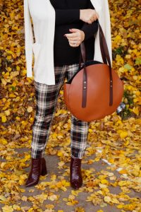 plaid, fall styles, autumn looks, plaid pants, fashionblogger, fall 19, Madame Schischi, turtleneck, leavy background