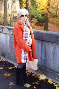 teddy coat, fashion trends, maternity, bump style, dress the bump, pregnancy style, teddy, fashionblogger, fashion, Madame Schischi, plaid, winter style