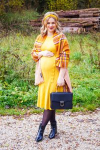 ribbed dress, maternitystyle, bump style, dress the bump, plaid scarf, mustard yellow, black accessories, fashion blogger, fashion, Madame Schischi
