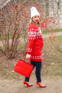 christmas sweater, christmas, holiday style, dress the bump, bumpstyle, maternity style, chrsitmas red, reindeers, ugly sweater, tis the season, dress festive