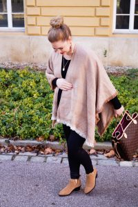 fashionblogger, fashion, style blogger, poncho style, maternity style, pregnancy style, dress the bump, mom to be, blackxbeige, Madame Schischi