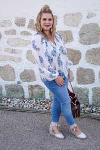 fashionblogger, fashion, what to wear, how to style, summer style, summer blouses, white and blue, bluexwhite, paisley pattern, casual style