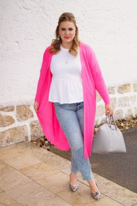 fashionblogger, fashion, neon pink, mom jeans styled, peplum top, spring style, rainy day style, curly hair
