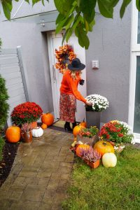 house, front porch decor, home decor, decoration, pumpkins, mums and pumpkins, fall style, fall decor, autumn style, autumn