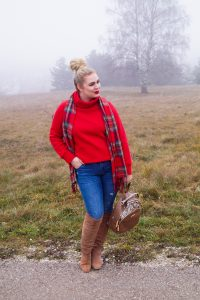 fashionblogger, fashion, winter fashion, winter style, casual style, mom style, ootd, what I wear, how to style, plaid scarf, christmas scarf, cropped sweater, casual christmas style, mad for plaid, christmas, christmas time