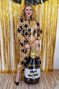 , black and gold, NYE table decor, glitter backdrop, counting down, the new year, 2021
