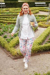 fashion, flower print pants, how to style, what to wear, woman´s fashion, red hair, red head, mom style, style inspo, casual style, styleblogger