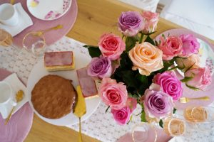 mother´s day, table setting, mother´s day brunch, mother´s day gifts, pink and gold table scape, little cakes, pink dress, fashion blogger, house decor, home decor, table decor