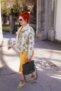 fashionblogger, spring, spring style, flower print, cropped denim jacket, style inspo, madame schischi, daily look, summer style, knit dress